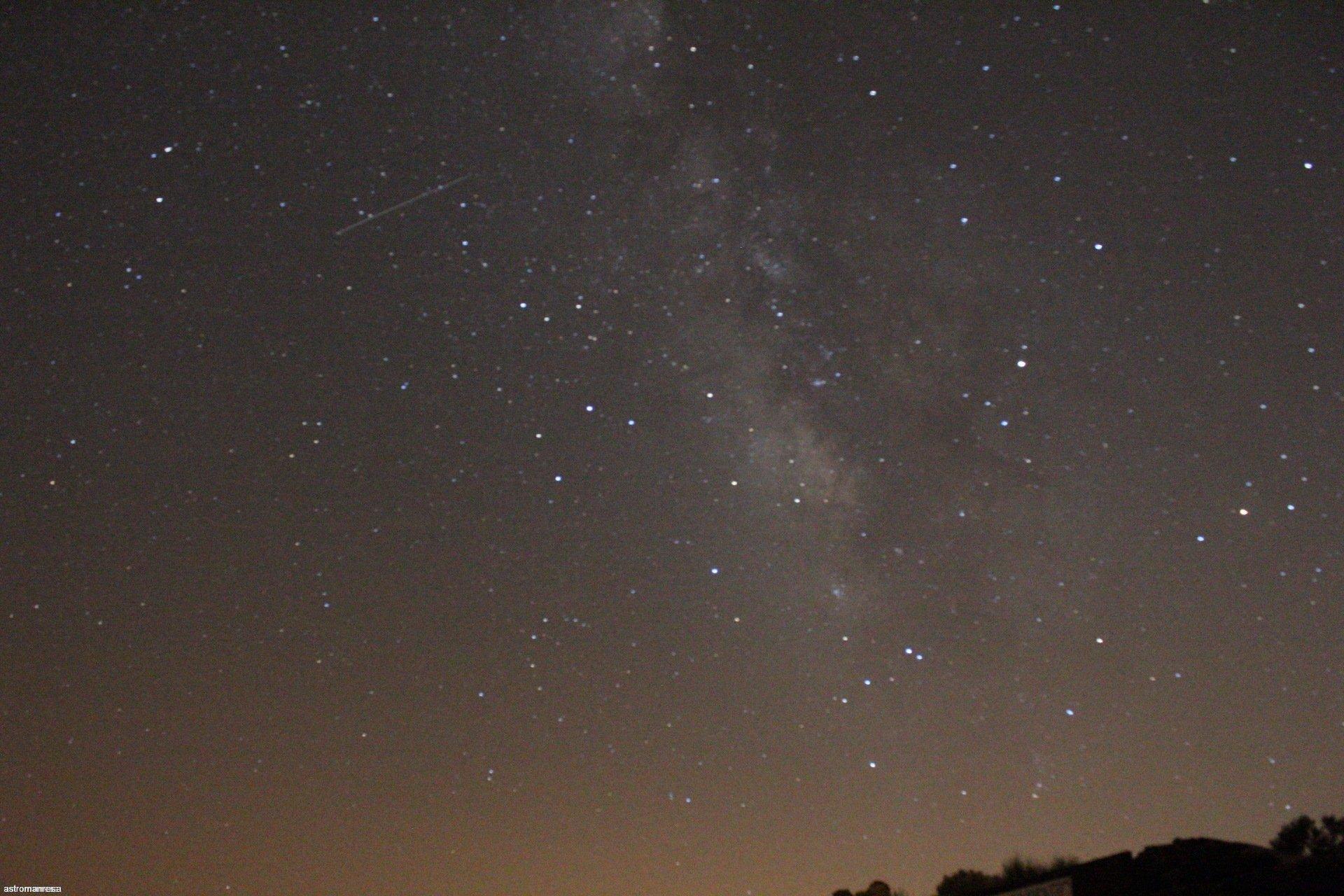 Imatge des de les Cañadas del Teide de la zona de sagitari. com podeu observar a aquelles latituds es poden observar moltes més constelacionts com la del telescopi. Imatge feta des de Las Cañadas del Teide amb una càmera Canon eos 1300D, bjectiu de 18-55 mm i 30 segons d'exposició amb trípode, sense seguiment ni darks. 25/8/2017. Unai.
